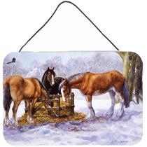 Caballos Que Comen El Heno En La Pared De Nieve O Puerta Col