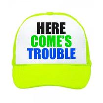 Gorra Tipo Trucker Here Comes Trouble Unitalla Fosforescente