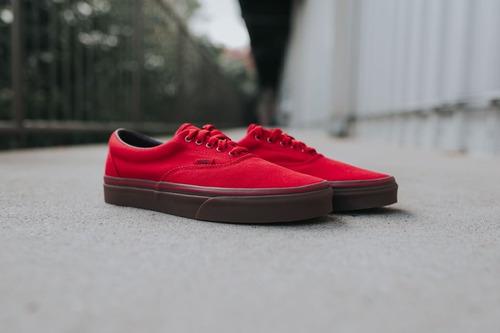 vans rojos con suela roja