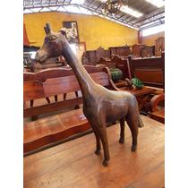 Antigua Escultura De Jirafa En Una Pieza De Madera De Fresno