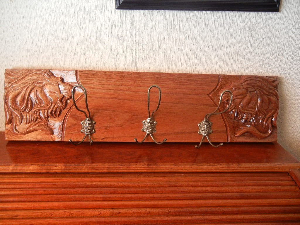 Antiguos percheros sobre madera de cedro c leones labrados - Baules antiguos de madera ...