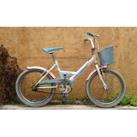 Bicicleta Con Canastilla Para Niña, Blanca, Azul Y Rosa. Vbf