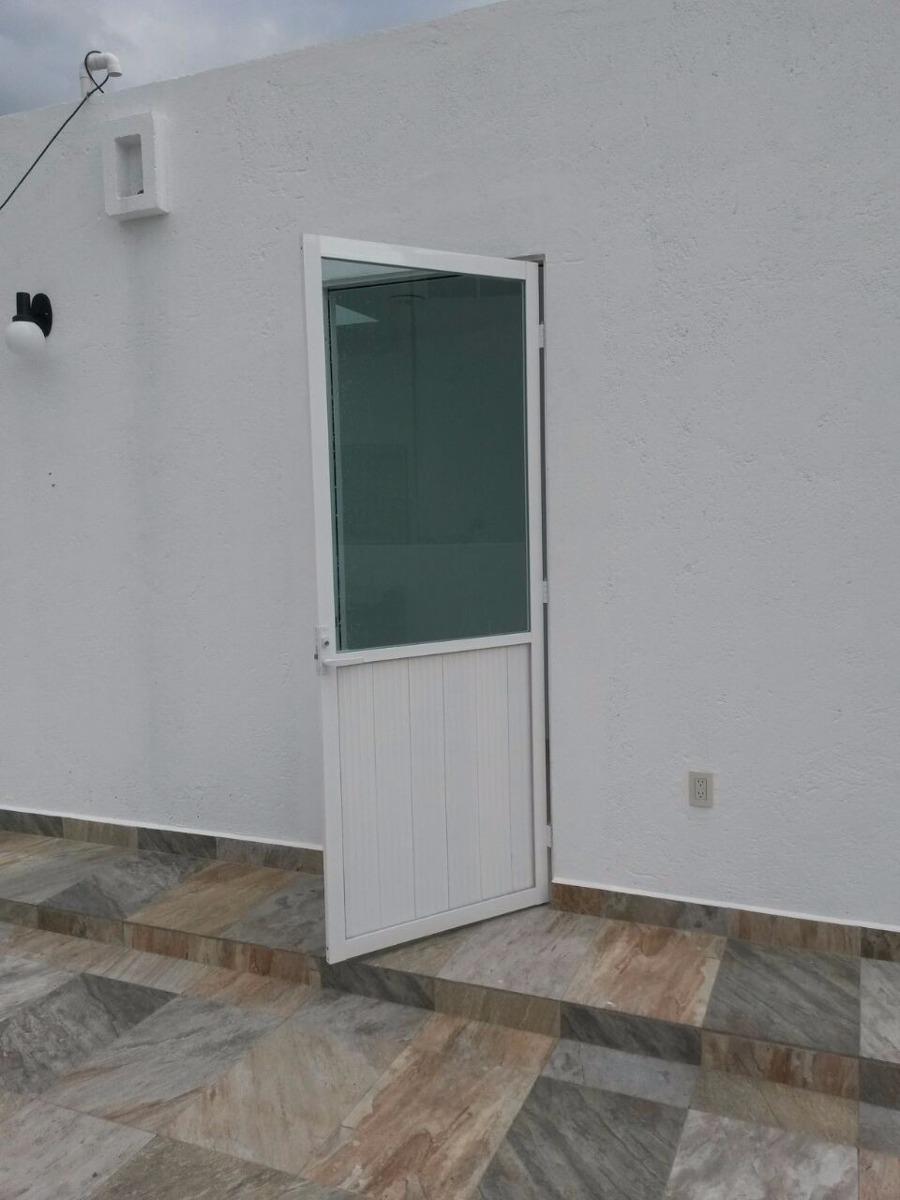 Casa cerca de la colina instalacion de ventanas en for Precio puerta aluminio blanco exterior