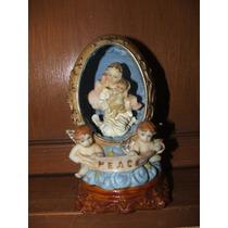 Hermosa Figura De Virgen De Paz Con Luz De Fondo Usa Pilas