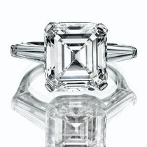 Anillo De Compromiso Con Diamante Asscher Y Baguettes.