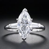 Anillo De Compromiso Con Diamante Marquise Y Baguettes.