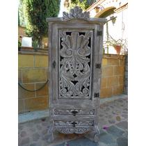 Ropero Vintage Tallado En Madera Con Decapado Antiguo