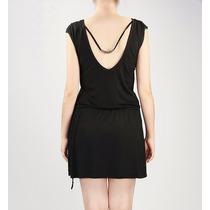 Vestido Negro Corto, Con Cinto Y Escote En La Espalda.